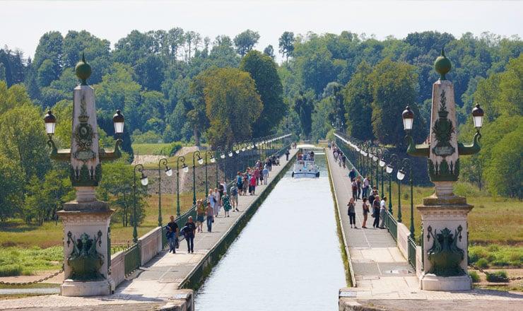 Canal-de-briare-promenade-en-bateau-locaboat