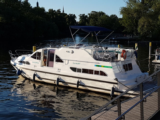 Wo darf ich mit einem Hausboot anlegen?