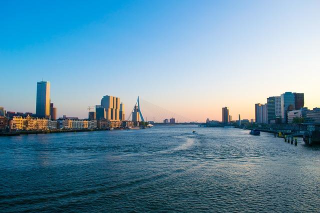 Stadt der zwei Gesichter: Ab Alphen mit Hausboot Rotterdam erkunden
