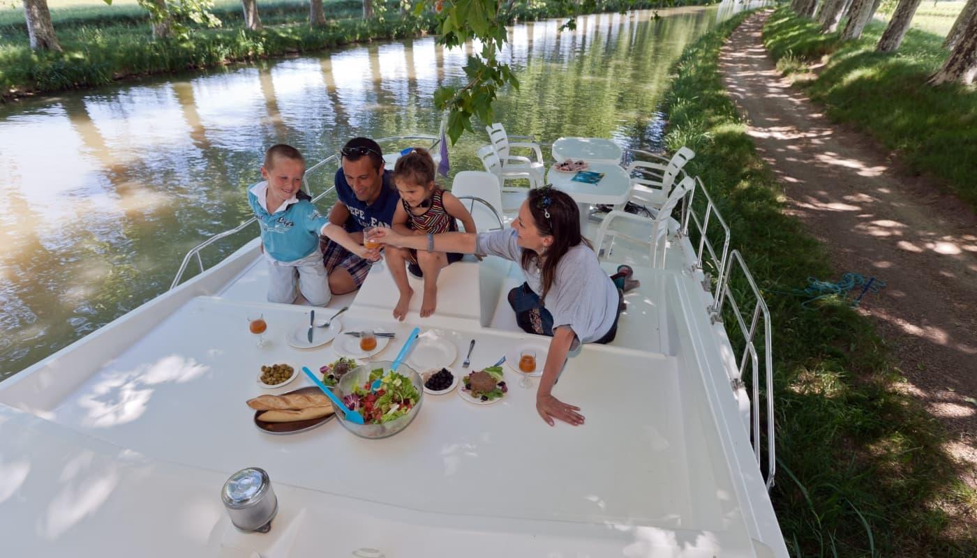 Augenblick mit der Familie an Deck eines Hausboots