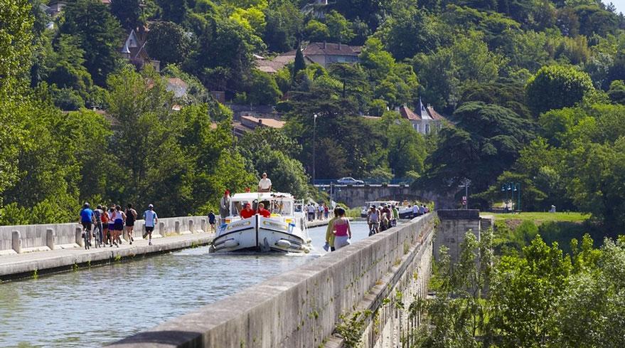 Bateau qui navigue sur un pont canal