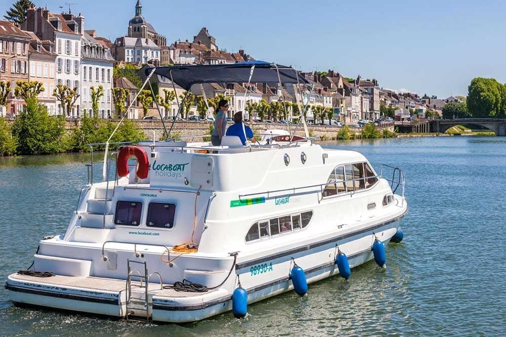 A Europa 400 boat near Joigny